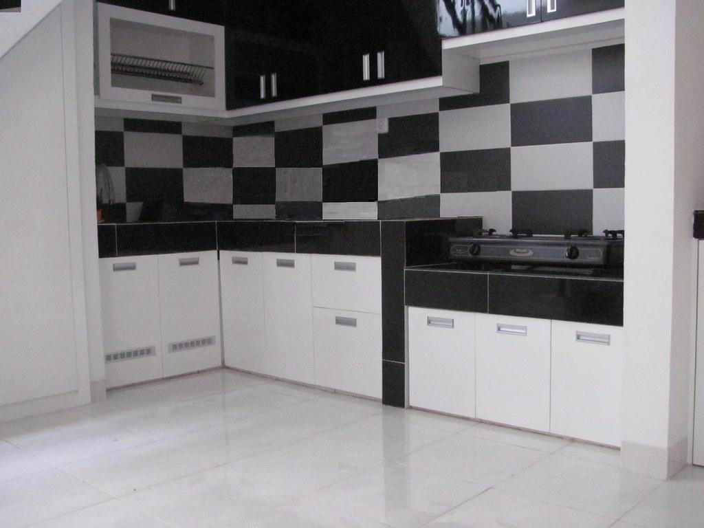 hitam putih Dapur set hitam putih memanfaatkan ruang