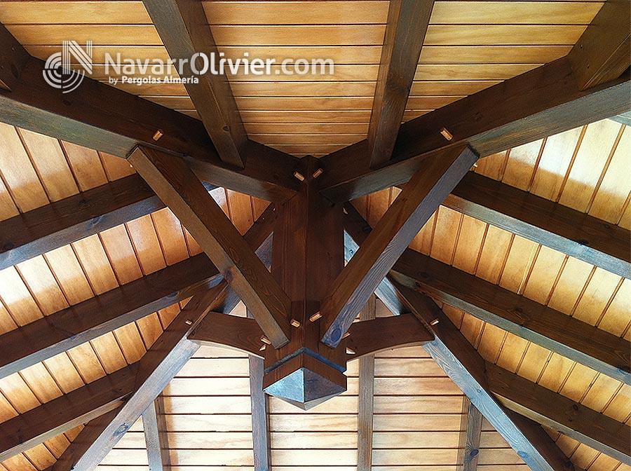 Interior cubierta 4 aguas vista inferior de cubierta de - Cubiertas de madera ...
