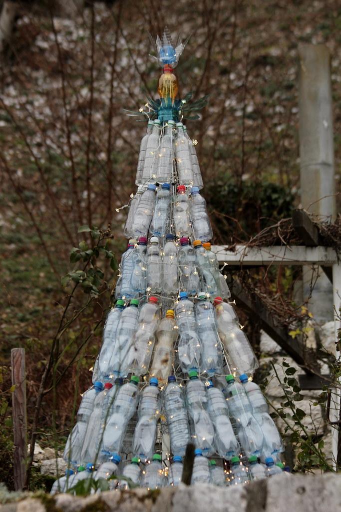 sch ner weihnachtsbaum aus pet flaschen bei festi ch tea. Black Bedroom Furniture Sets. Home Design Ideas