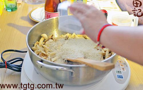 田記鮮雞精-百菇燉飯-放入米