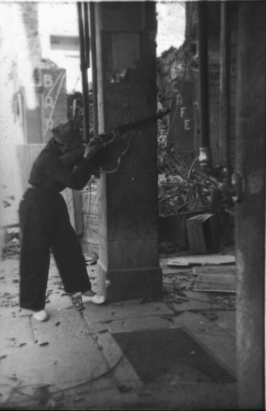 Miliciano disparando en la Plaza de Zocodover de Toledo durante la guerra civil, asedio del Alcázar, verano de 1936. Fotografía de Santos Yubero © Archivo Regional de la Comunidad de Madrid, fondo fotográfico