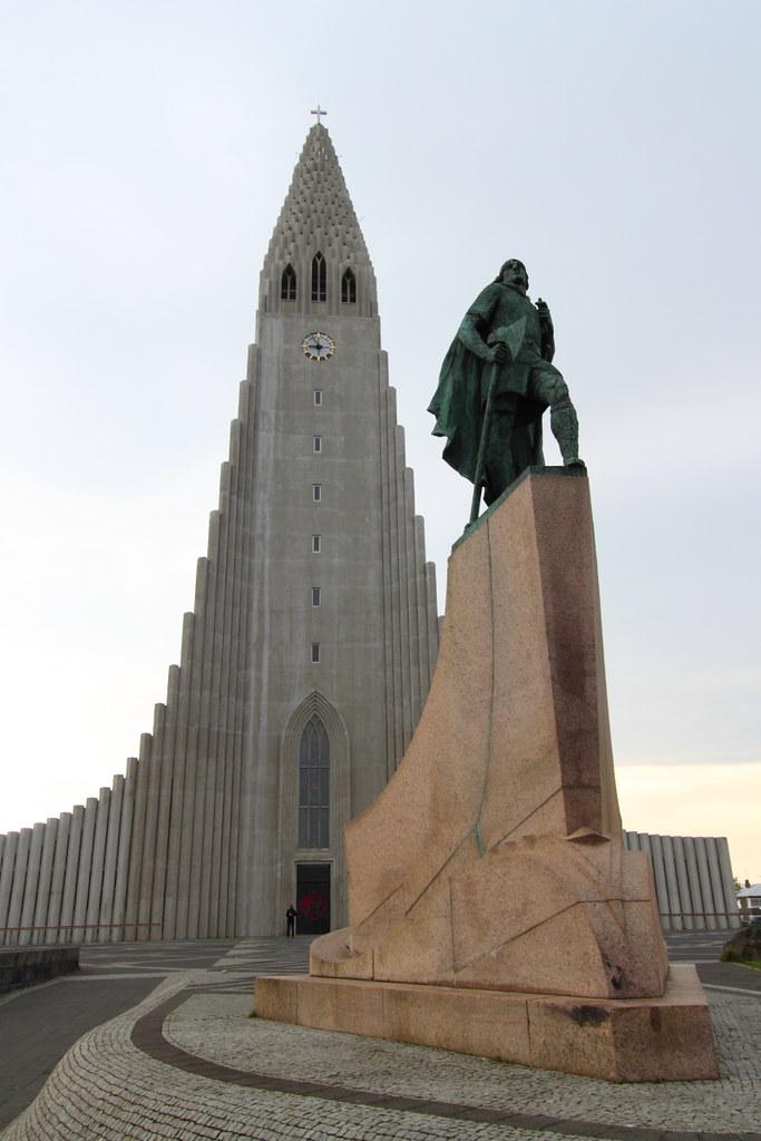 leif ericson statue and hallgrimskirkja church  reykjavik