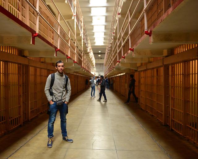 En el interior de la Carcel de Alcatraz con las rejas de un lado a otro