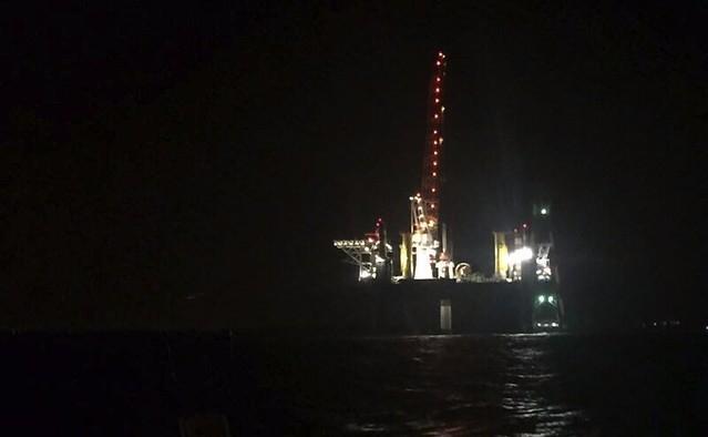 3日晚間海上的工作平台,業者在無觀測員監測下違規施工,巨大連續的打樁噪音危及中華白海豚的生存環境。圖片來源:中華鯨豚協會。