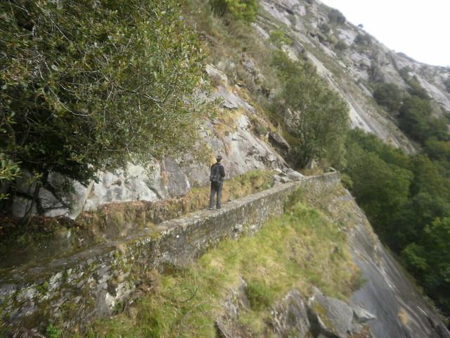 Paso por el canal de agua en la Ruta por el Cañón del Eume