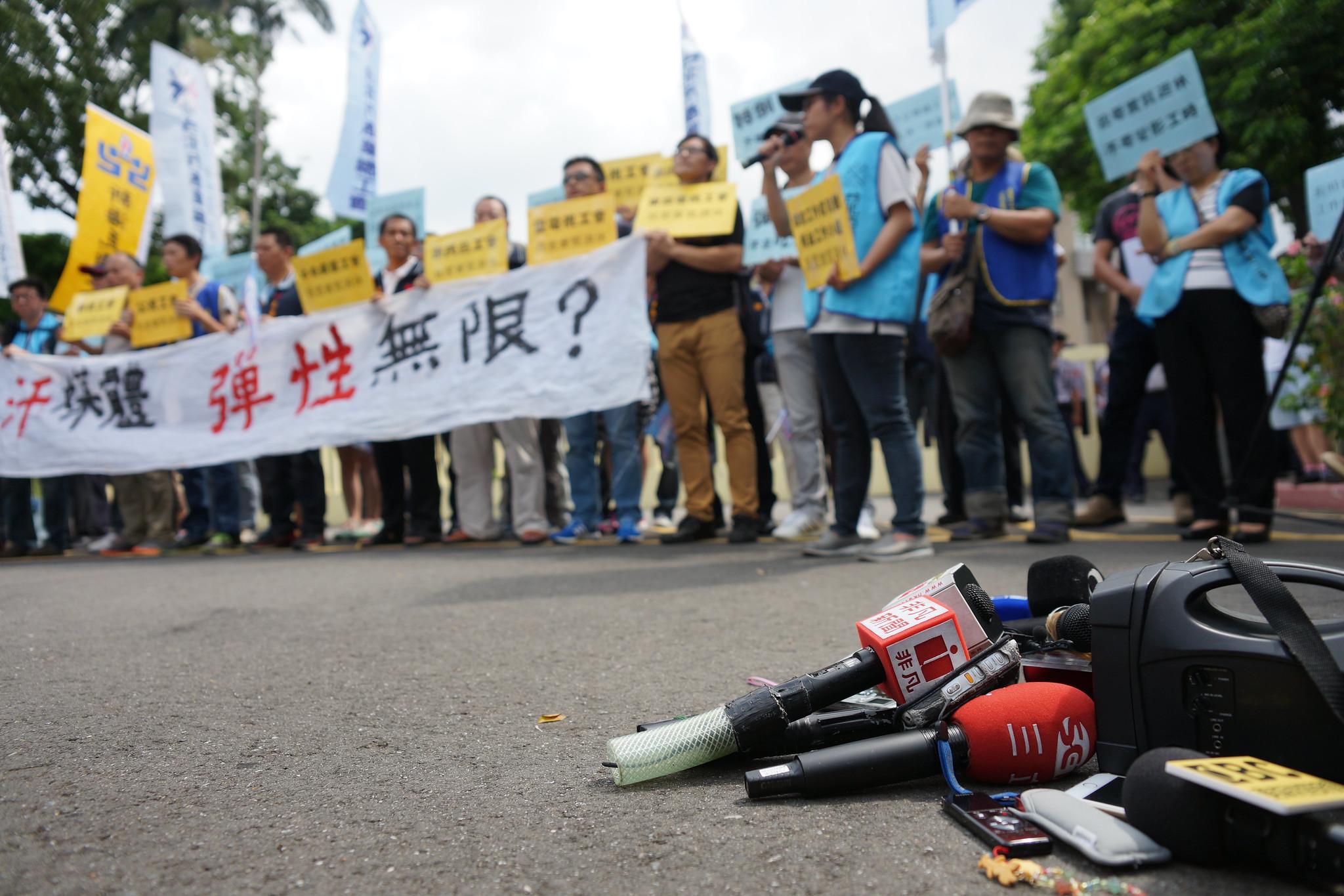 媒體工會呼籲落實「七休一」,批評政府偏袒資方。(攝影:王顥中)