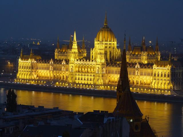 Paralemento de Hungría (Budapest) iluminado por la noche