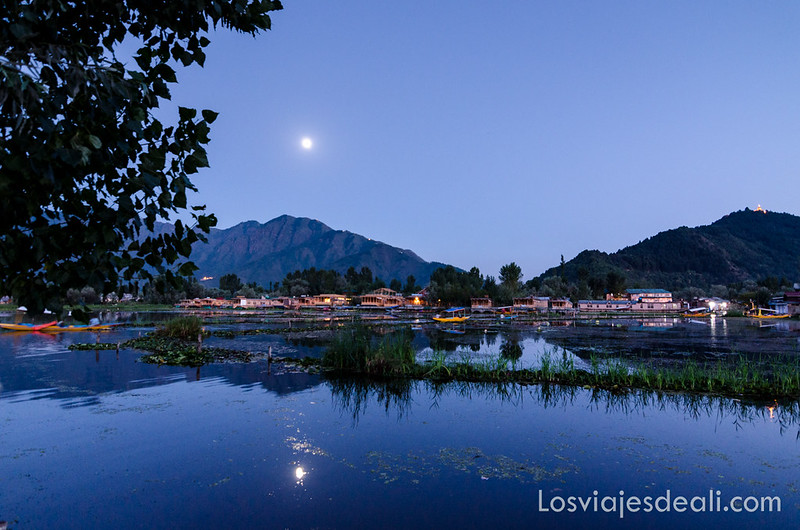 Srinagar paisaje nocturno del lago Dal