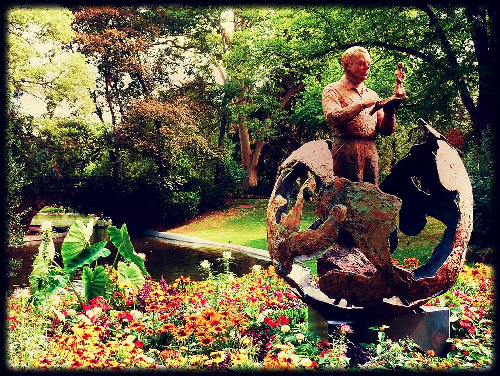 Antoine de saint exupery et le petit prince madeleine te for Jardin royal toulouse
