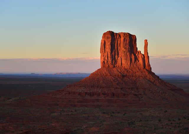 Últimos rayos de sol sobre uno de los butts de Monument Valley al atardecer