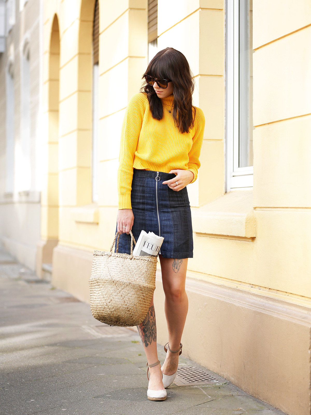 ootd outfit yellow knit turtleneck mini skirt basket jane birkin francoise hardy inspired french icons parisienne style bangs brunette céline audrey sunglasses cats & dogs fashion blog ricarda schernus modeblog fashionblogger germany berlin 3