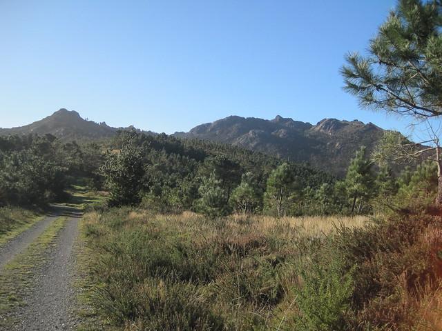 Pista en la ruta de subida al monte Pindo