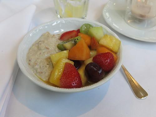 Bircher Müsli mit frischem Obstsalat (vom Frühstücksbuffet im Hotel Schatzmann, Triesen, Liechtenstein)