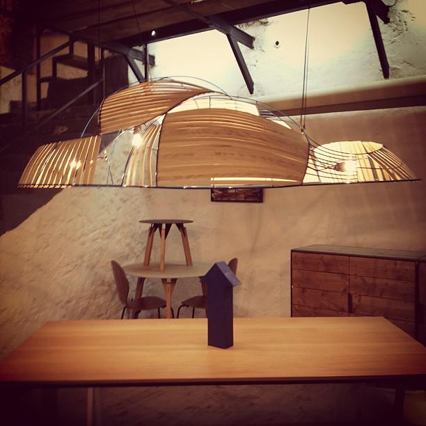 Tr s beau luminaire suspendu en bois orange designtour p for Luminaire suspendu bois flotte
