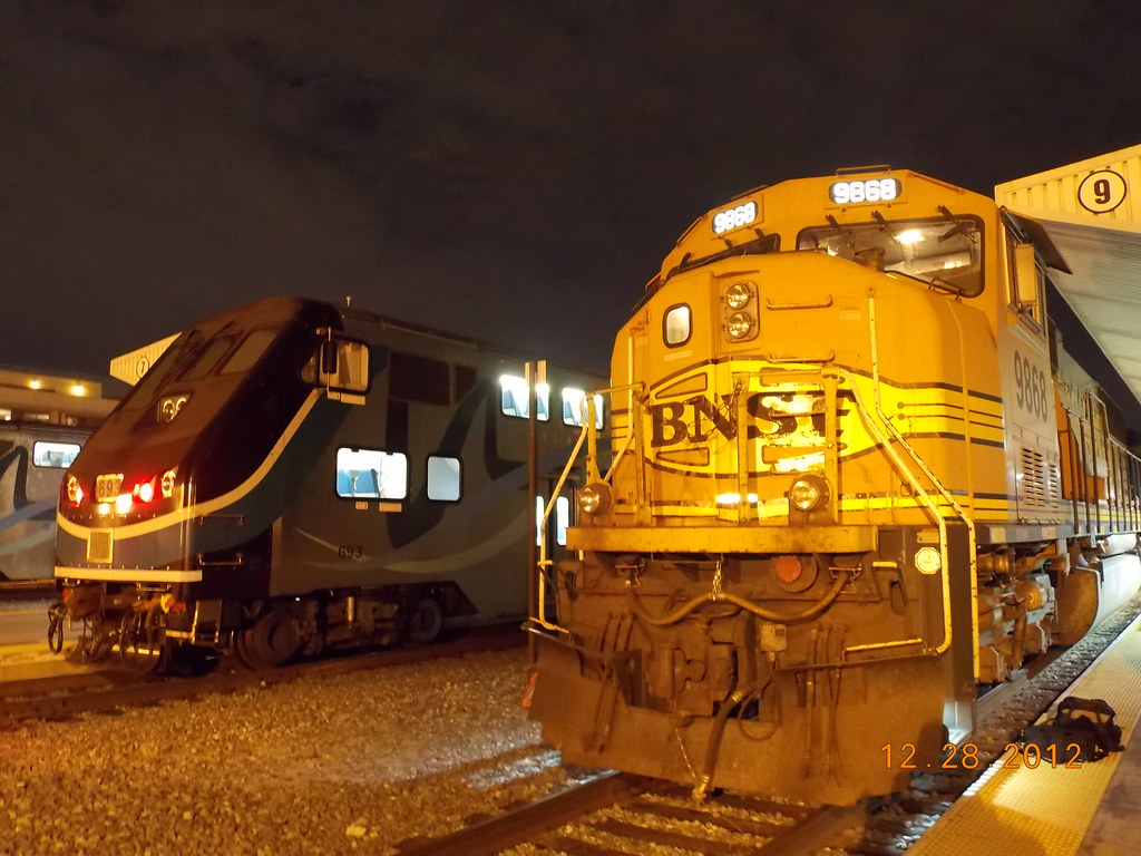 bnsf sd70mac 9868 and metrolink hyundai rotem cab car flickr. Black Bedroom Furniture Sets. Home Design Ideas