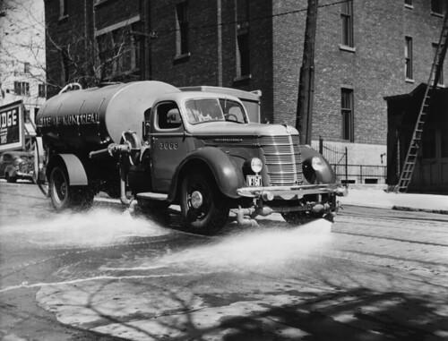 Un Camion Citerne Eau Faisant Le Nettoyage Des Rues 194