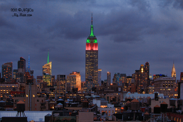 Empire State Building lit up in it's Christmas colors unde… | Flickr