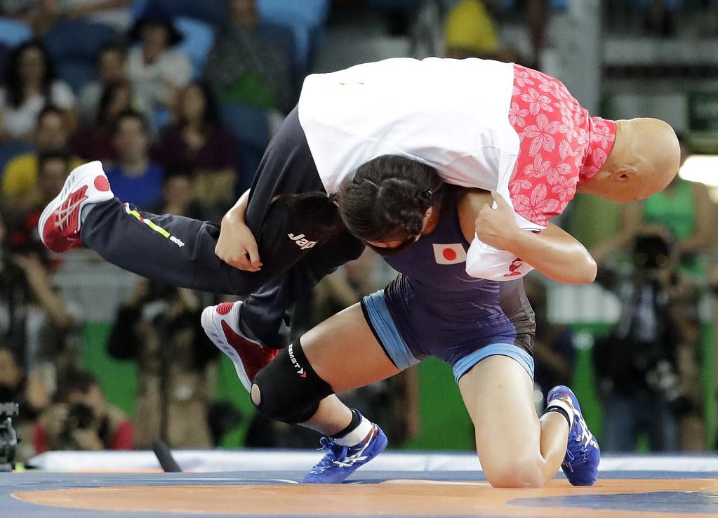 日本角力女將川井梨紗子(下)在贏得里約奧運女子角力63公斤級金牌後,以過肩摔教練榮和人慶祝。(達志影像)