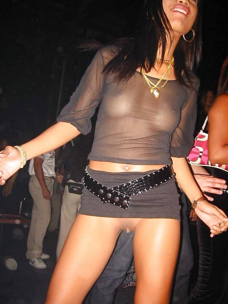 в клубе без трусов под юбкой фото