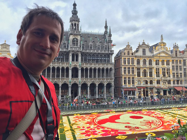 Sele en el balcón del ayuntamiento de Bruselas durante la Alfombra Floral 2016