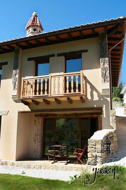 Casas rurales jascal casa fuego fachada con corredor y for Casas con balcon y terraza