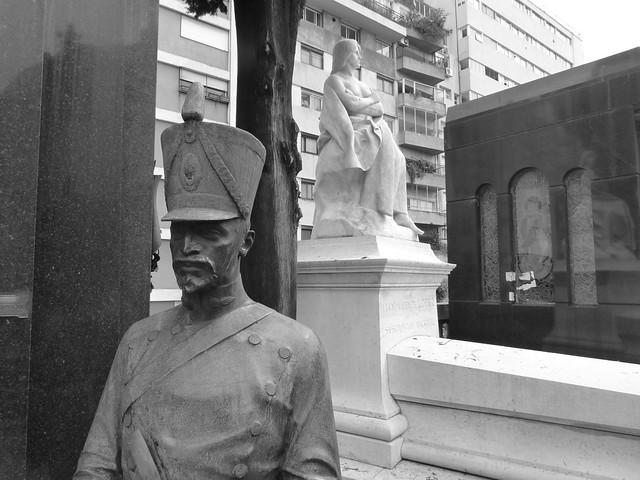 Soldado en el cementerio de la Recoleta de Buenos Aires (Argentina)