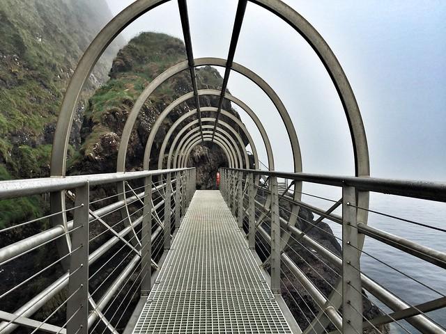 Puente tubular del sendero de los Gobbins en Irlanda del Norte