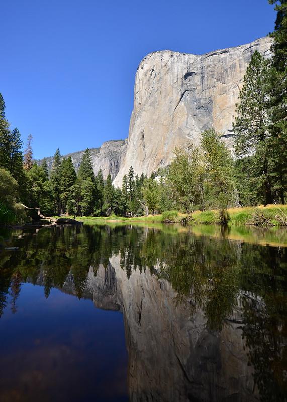 El Gran Capitán reflejado en el agua de Yosemite en la Costa Oeste de EE.UU