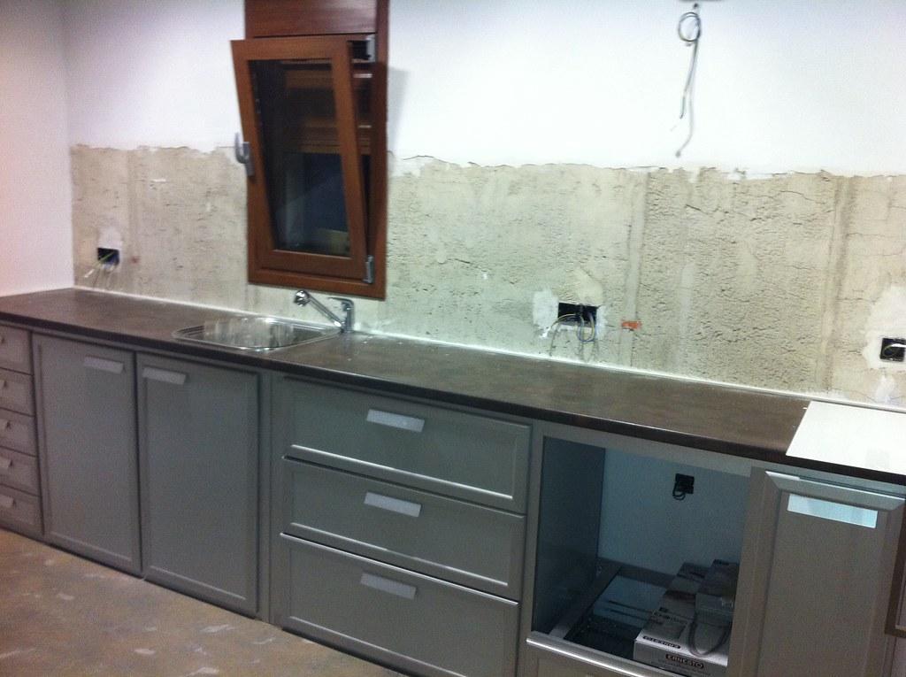 Muebles de cocina de aluminio y frontal de cristal antes - Cocinas de cristal ...