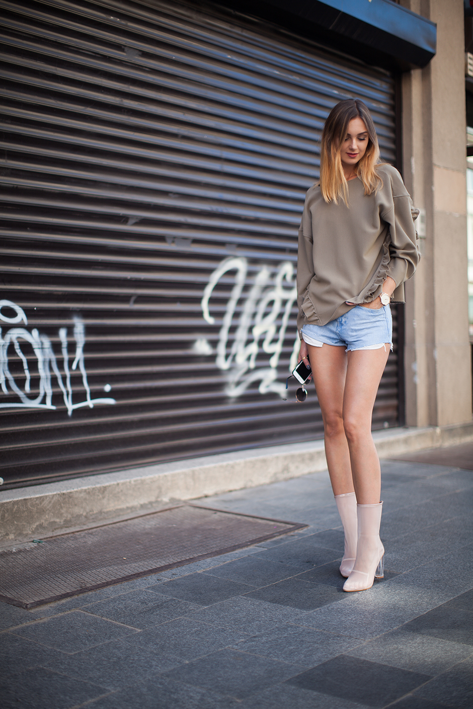 how-to-wear-denim-shorts-khaki-top-sweatshirt-mesh-boots-outfit