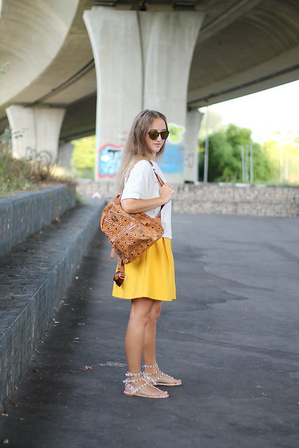 yellow-skirt-look-from-the-side-wmbg