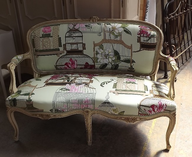 Bright patterned upholstery fabric french vintage sofa for Dove comprare divano