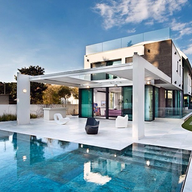 Home Design Ideas Contemporary: Modern House Design With Swimming Pool #swimmingpools