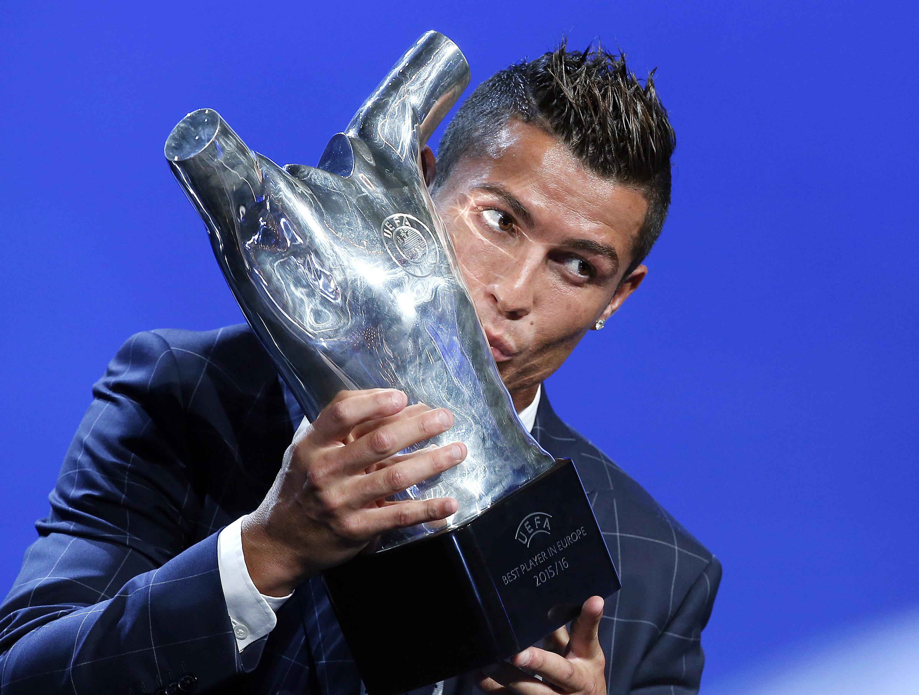 Cristiano Ronaldo親吻2015到16年球季歐洲足總歐洲最佳球員獎盃。(達志影像)