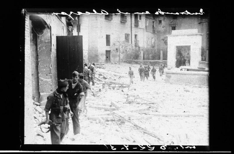 Milicianos en Toledo junto al Hospital de Santa Cruz durante la guerra civil, asedio del Alcázar, 22 de septiembre de 1936. Fotografía de Santos Yubero © Archivo Regional de la Comunidad de Madrid, fondo fotográfico