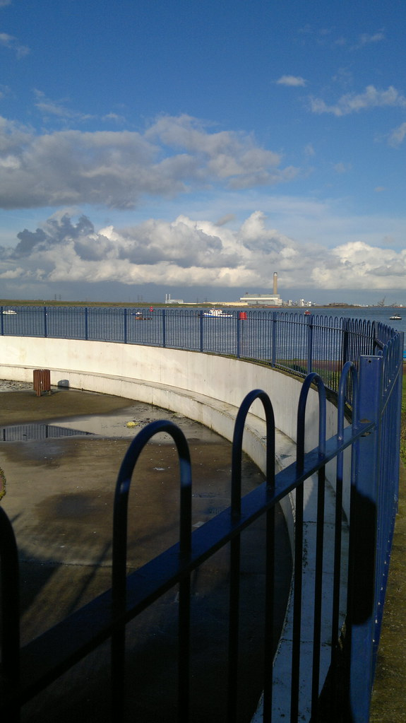 Paddling pool and river medway on the strand gillingham s - The strand swimming pool gillingham ...
