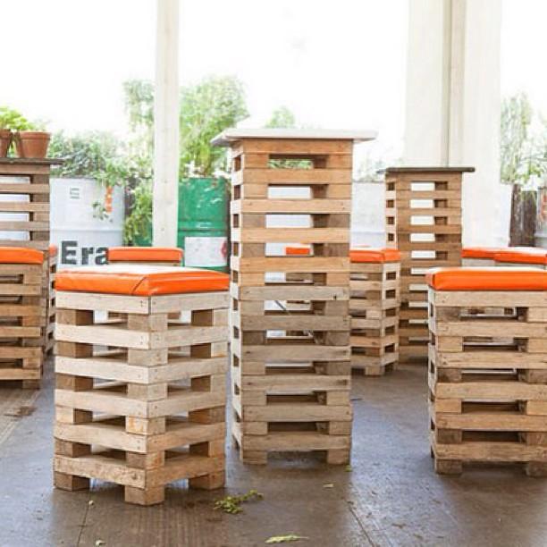 Otras cosas taburetes y mesas altas de bar que puedes for Mesas de madera bar