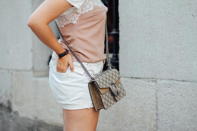 superposicion de prendas camiseta debajo de top lencero rosa empolvado levis vintage gucci dionysus superga rose gold