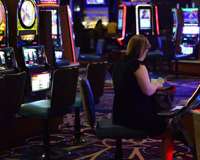 Mujer contando dinero en un casino de Las Vegas