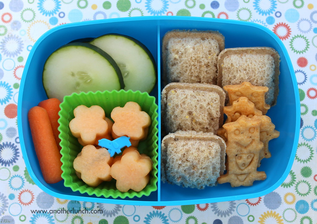sassy box bento lunch robot crackers and mini sandwiches. Black Bedroom Furniture Sets. Home Design Ideas