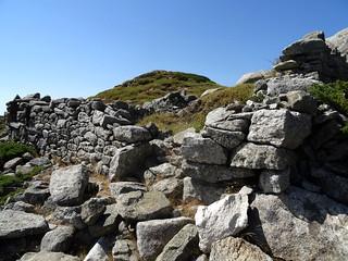 Sur le sentier des Pâturages (ou Bergers) au retour : ruines bergeries vers la pointe 1616