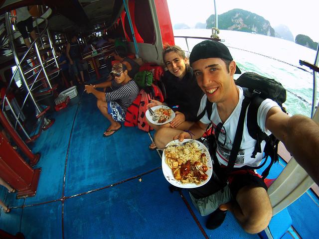 Almuerzo de pollo y pescado a bordo del barco en Tailandia