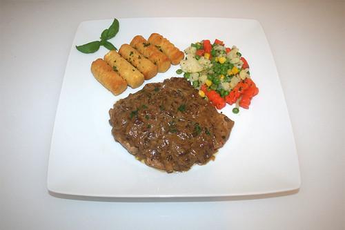 38 - Onion cream escalope with balsamico - Served / Zwiebel-Sahne-Schnitzel mit Balsamico - Serviert
