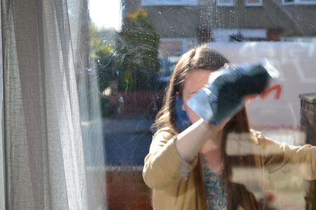 10 astuces de grands m res pour nettoyer toute la maison for Nettoyer les vitres sans laisser de traces