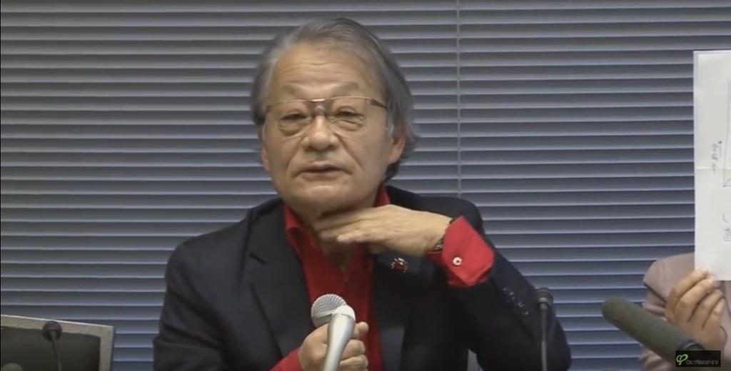 〈311甲狀腺癌家屬會〉成立記者會實況,律師河合弘之正比著手,說明罹癌兒童的手術傷痕。(來源:日本獨立媒體Ourplanet TV)