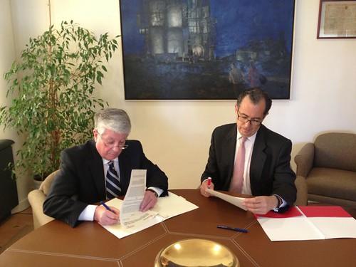 La comunidad y la c mara renuevan dos convenios dotados co for Convenio oficinas y despachos comunidad de madrid