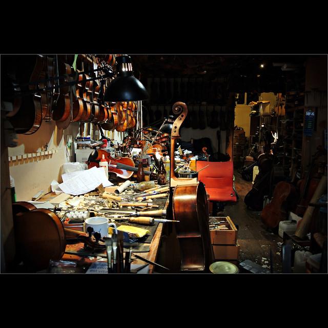 l 39 atelier du luthier bernard sabatier picture v l 39 atelie flickr photo sharing. Black Bedroom Furniture Sets. Home Design Ideas