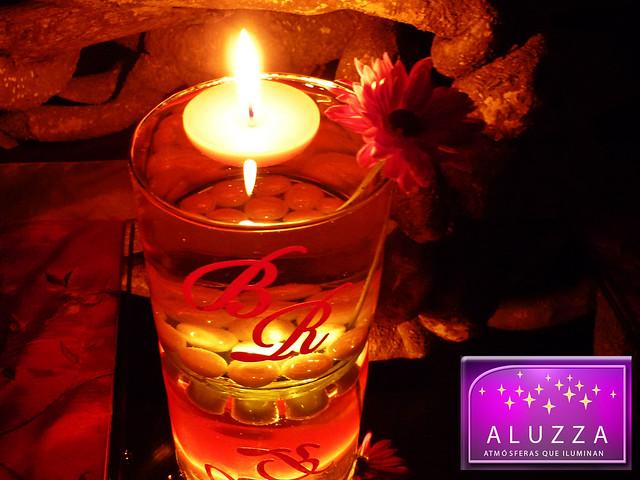 Cilindro de cristal con velas flotantes e iniciales - Decoracion con velas ...