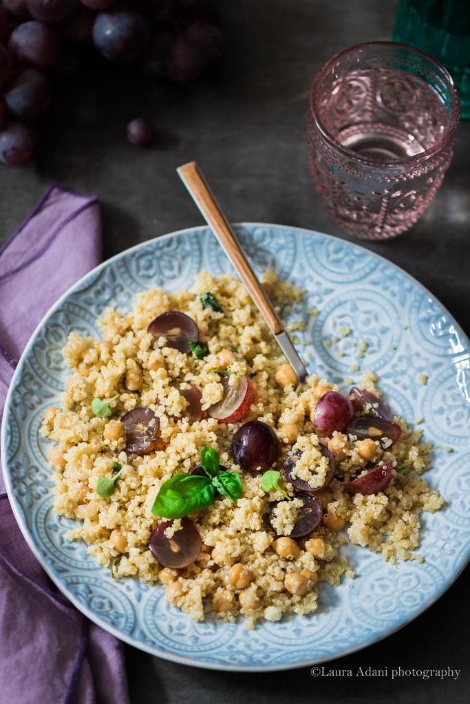 insalata di quinoa, ceci e uva rossa