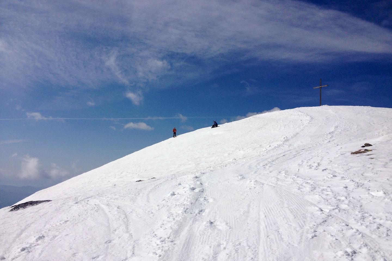 Na vrcholku se střetávají alpinisté vystupující ze třech různých údolí.